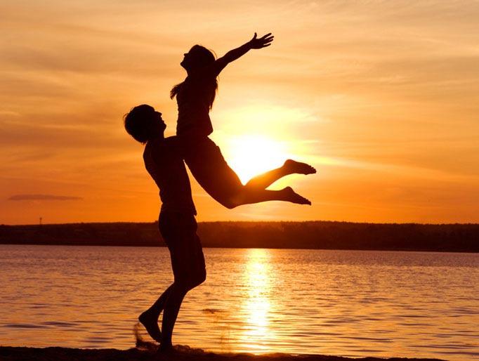 Пара встречает солнечный закат и