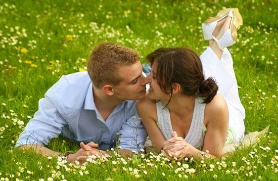 влюбленная пара на летнем лугу